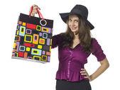 Hermosa mujer mostrando su bolsa de papel — Foto de Stock