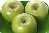 Granny smith apples on a green platter — Stock Photo