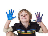 快乐金发男孩被绘的双手 — 图库照片
