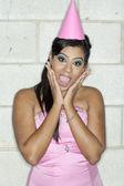 Aantrekkelijke jonge vrouw met open mond en handen op kin — Stockfoto