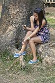 Hermosa chica adolescente con un teléfono — Foto de Stock