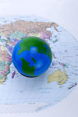世界ボールと世界地図 — ストック写真