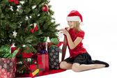 šťastná dívka dotýkají vánoční strom — Stock fotografie