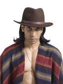Stilig kille med sjal och bär cowboyhatt — Stockfoto