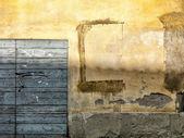 Old tuscan wall with wooden door — Stock Photo