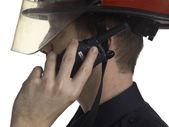 携帯用ラジオで話している消防士 — ストック写真