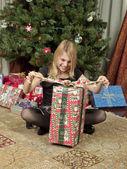 Dziewczyna rozpakowaniu prezentu — Zdjęcie stockowe