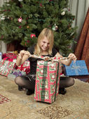 Meisje uitpakken geschenk — Stockfoto