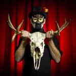 暗いれたら以上作る砂糖頭蓋骨の男の肖像画のショット — ストック写真