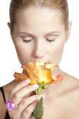 女人嗅到花 — 图库照片