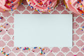 Top view of an empty placard with strawberry cupcakes — Stock Photo