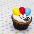 Cupcake with balloon design over polka dots background — Stock Photo