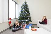 Crianças comendo biscoitos de natal — Foto Stock