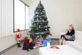 Crianças comendo biscoitos enquanto está sentado em uma sala de estar — Foto Stock