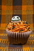 Cupcake decorated with skull design — Stock Photo