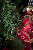裁剪的闪亮红色圣诞灯泡挂在圣诞节上视图 tr — 图库照片
