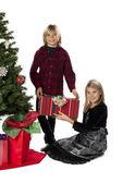 Imagem de retrato de um irmão feliz dando o presente de natal para oi — Foto Stock