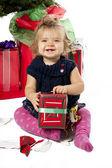 Retrato de uma menina alegre, sentado com caixa de presente de Natal — Fotografia Stock