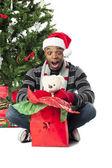 überrascht afroamerikanischer mann mit seinem weihnachtsgeschenk — Stockfoto