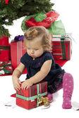 Vista de uma menina bonita, abrindo uma caixa de presente de natal — Foto Stock