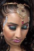 Donna che indossa make up e gioielli — Foto Stock