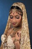 Indisk brud poserar för kameran — Stockfoto