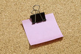 Rosa post-it carta con graffetta nero — Foto Stock