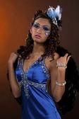 Portret van een jonge vrouwelijke model poseren met bontjas — Stockfoto