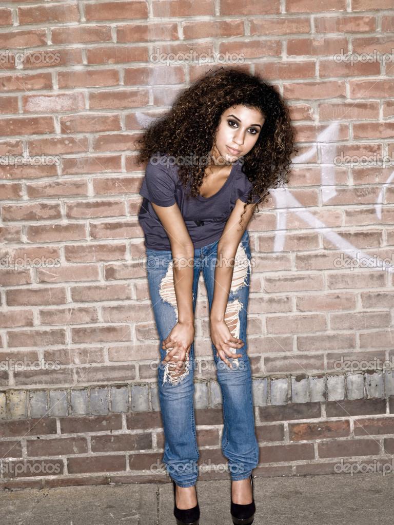 фото девушка наклоняется у стенки