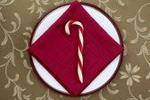 赤いテーブル ナプキンでキャンディ ・ ケーン — ストック写真