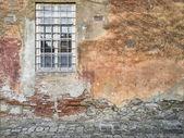 Finestra e muro fatiscente — Foto Stock