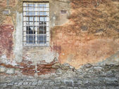Vervallen muur en venster — Stockfoto