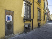 House wall with bikes in tuscany — Stock Photo