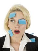 Schock office girl mit vielen papier post drauf — Stockfoto