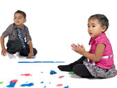 Curioso menino e uma menina brincando com barro e cor — Foto Stock