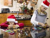 男孩和女孩建设他们的姜饼房子 — 图库照片