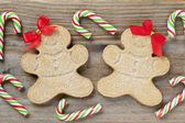 Close up shot of christmas gingerbread men with candy canes — Stock Photo