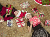 High angle view of brother and sister with gift box — Foto Stock