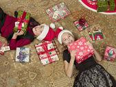 Vista de alto ângulo de irmão e irmã com caixa de presente — Foto Stock
