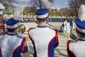 Achteraanzicht van mannen dragen van bont hoed spelen van trompet — Stockfoto