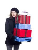 Bela jovem segurando uma pilha de natal apresenta — Foto Stock