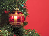 Palle di natale sopra l'albero di natale — Foto Stock