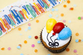 Close up shot of cupcake with balloon design — Stock Photo