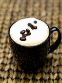 Cappuccino und Bohnen — Stockfoto