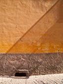 Mur orange et grille d'égout — Photo