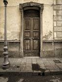 Vintage door in the tuscany region of italy — Stock Photo
