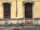 Fenêtre sur un mur de pierre — Photo
