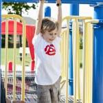 heureux petit garçon accroché sur les barres de suspension — Photo #19486979