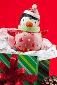 Zavřít obrázek tučňáka a vánoční dárek — Stock fotografie