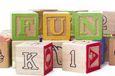 Close-up beeld van kubussen die zijn gerangschikt om te vormen van een woord leuke spelen — Stockfoto